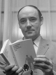 """Desmond Morris (Amerikaan) met zijn boek """"De Naakte Aap in Amsterdam *5 november 1969"""